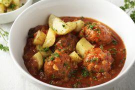 Foto van Gehaktballetjes in tomatensaus met geroosterde aardappelen