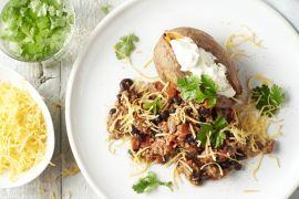 Foto van Chili con carne met gepofte zoete aardappel