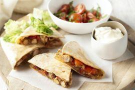 Foto van Quesadilla's met kip en kerstomatensalsa