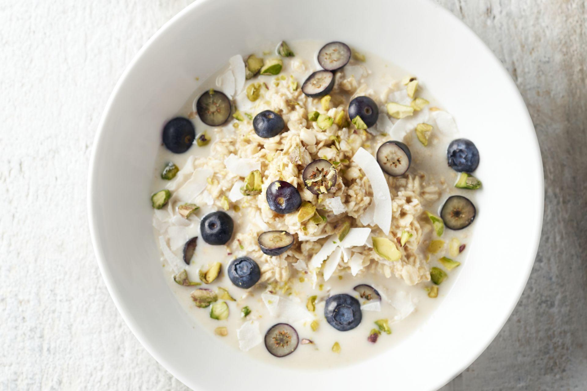 Overnight oats met blauwe bessen en kokos