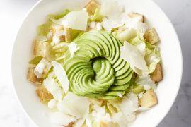 Foto van Caesar salade met avocado