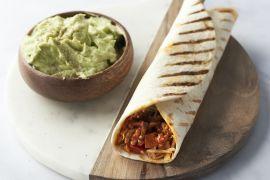 Foto van Burrito's met kippengehakt en guacamole