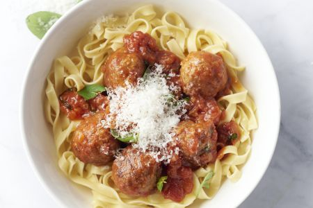 Tagliatelle met gehaktballetjes in tomatensaus