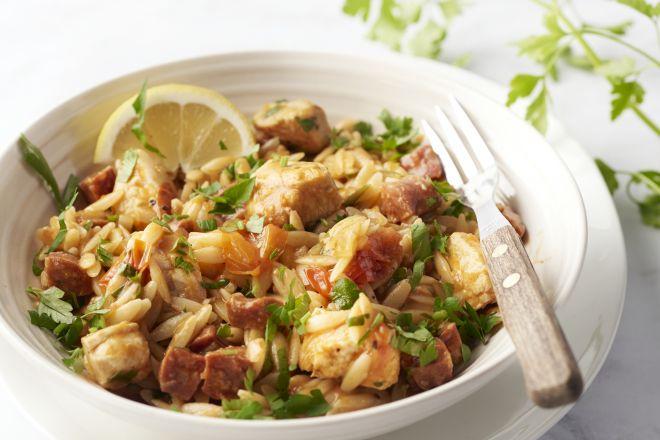 Paella van orzo met kip en chorizo