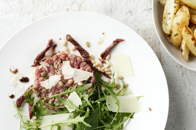 Steak tartaar op Italiaanse wijze met rozemarijnaardappelen