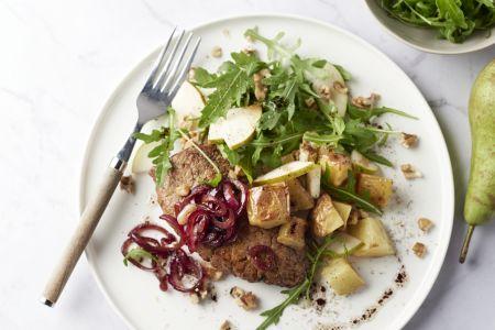 Steak met balsamico-uitjes, ovenaardappelen en peer-walnoten salade