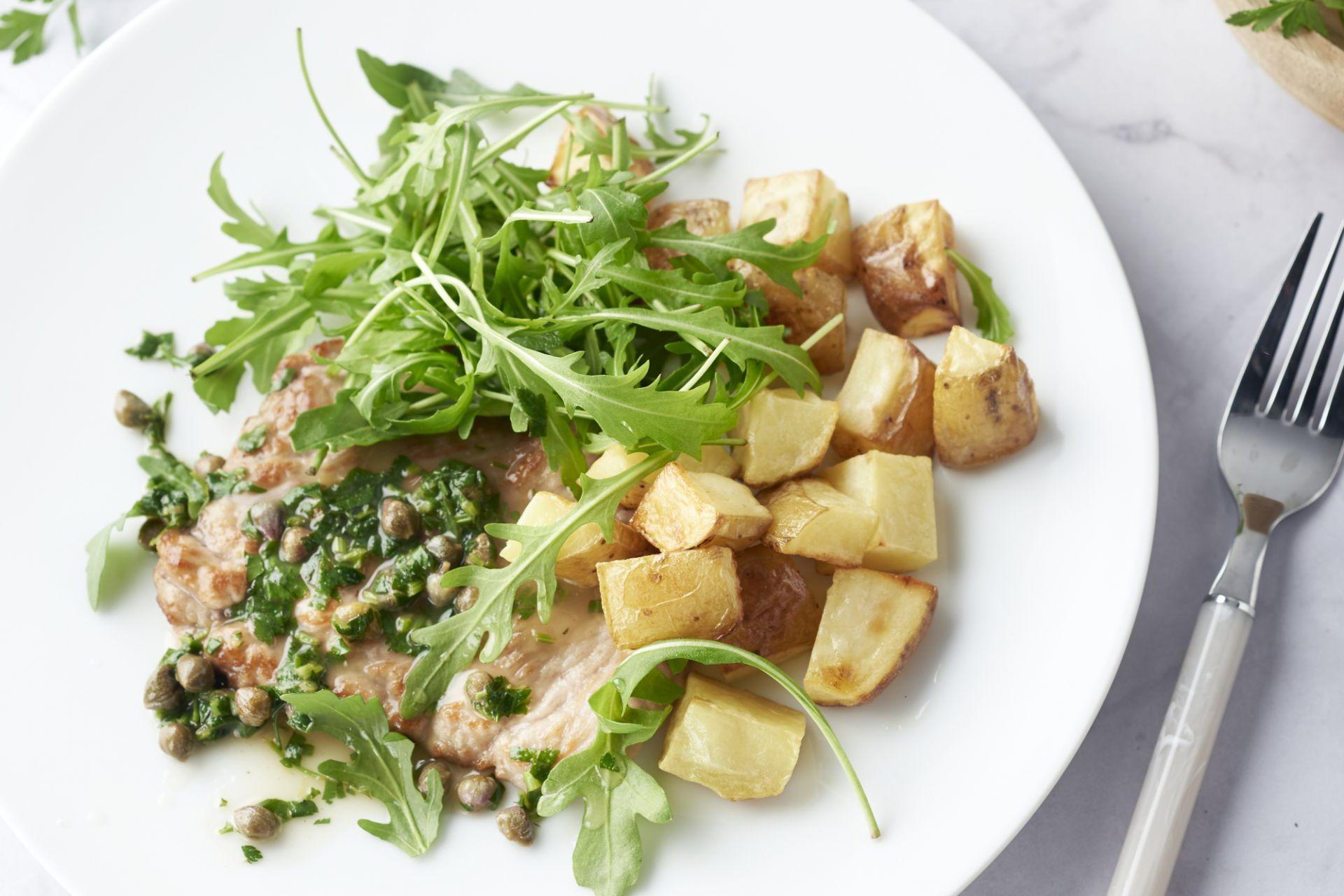 Piccata van kalfsvlees, ovenaardappelen en rucola