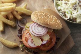 Foto van Hamburger met coleslaw en frietjes