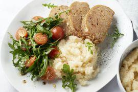 Foto van Krokant kippengehaktbroodje met knolselderpuree