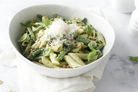 Lichte pastasalade met groene asperges en kruidenroom