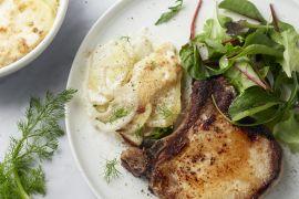 Foto van Varkenskoteletten met snelle venkel-aardappelgratin