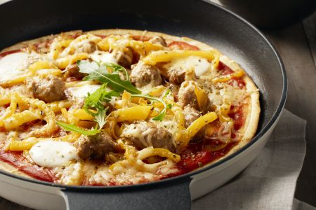 Pan pizza met chipolata, paprika en basilicum