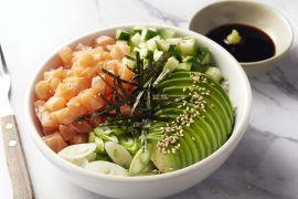 Foto van Sushibowl met zalm en avocado