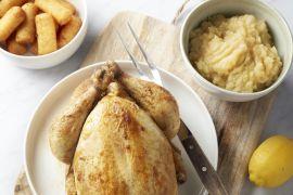 Foto van Geroosterde kip met appelmoes en kroketjes