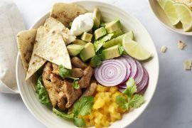 Foto van Mexicaanse salade met kip en zelfgemaakte tortillachips