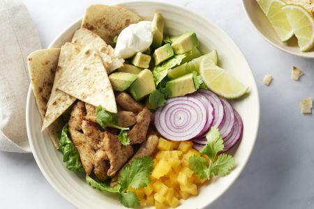 Mexicaanse salade met kip en zelfgemaakte tortillachips