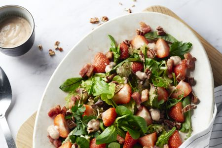 Lente-salade met spekjes en rabarberdressing