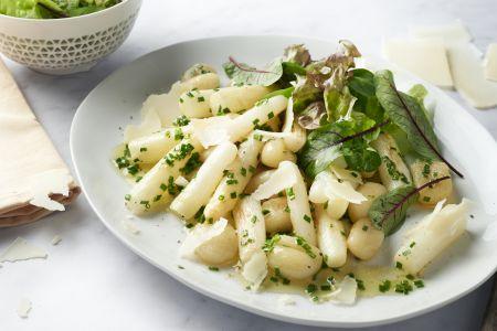 Gnocchi met gebakken asperges en groene salade