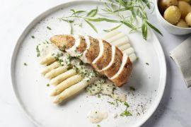 Foto van Gebakken kipfilet met asperges en kruidenroomsaus