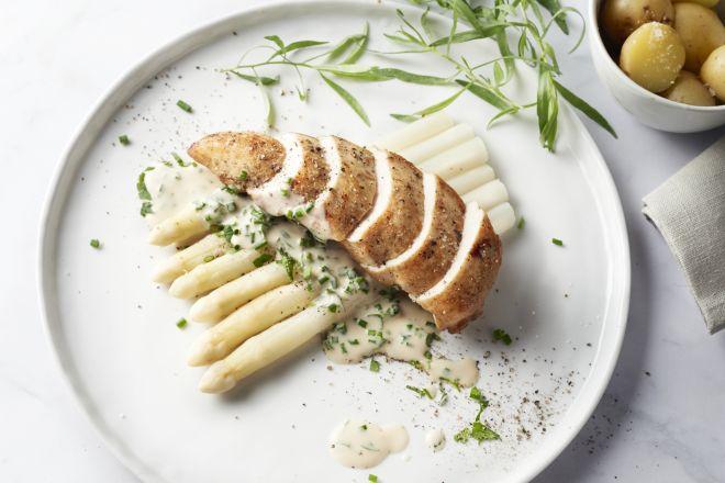 Gebakken kipfilet met asperges en kruidenroomsaus