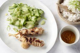 Foto van Kipsaté's met pindasaus en komkommersalade