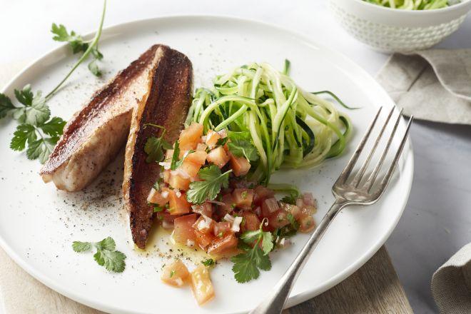 Rode poon met courgettespaghetti en tomaat-korianderdressing