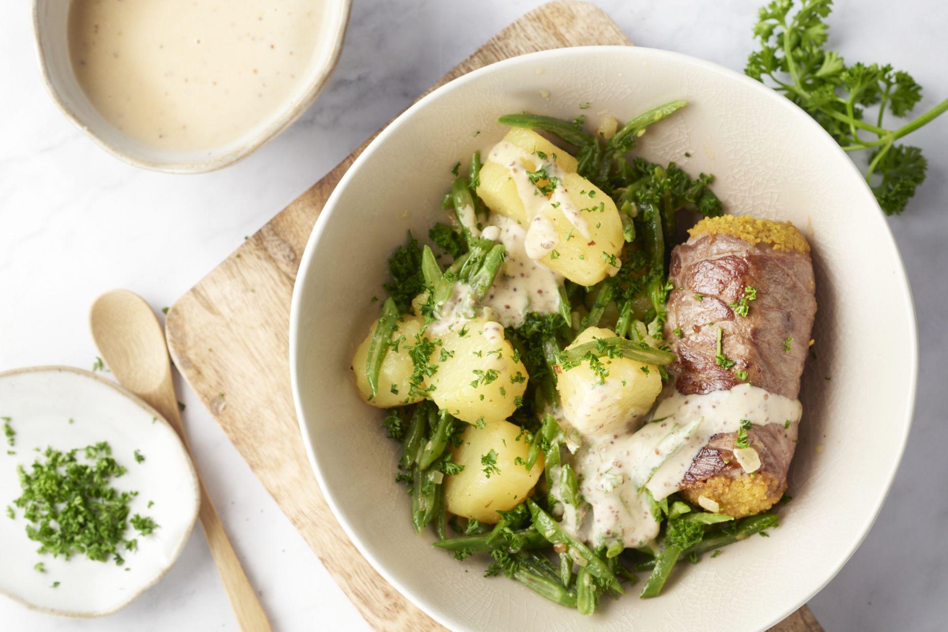 Blinde vink met gebakken aardappelen, snijbonen en graanmosterdsaus