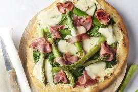 Foto van Witte pizza met groene asperges en gerookte ham