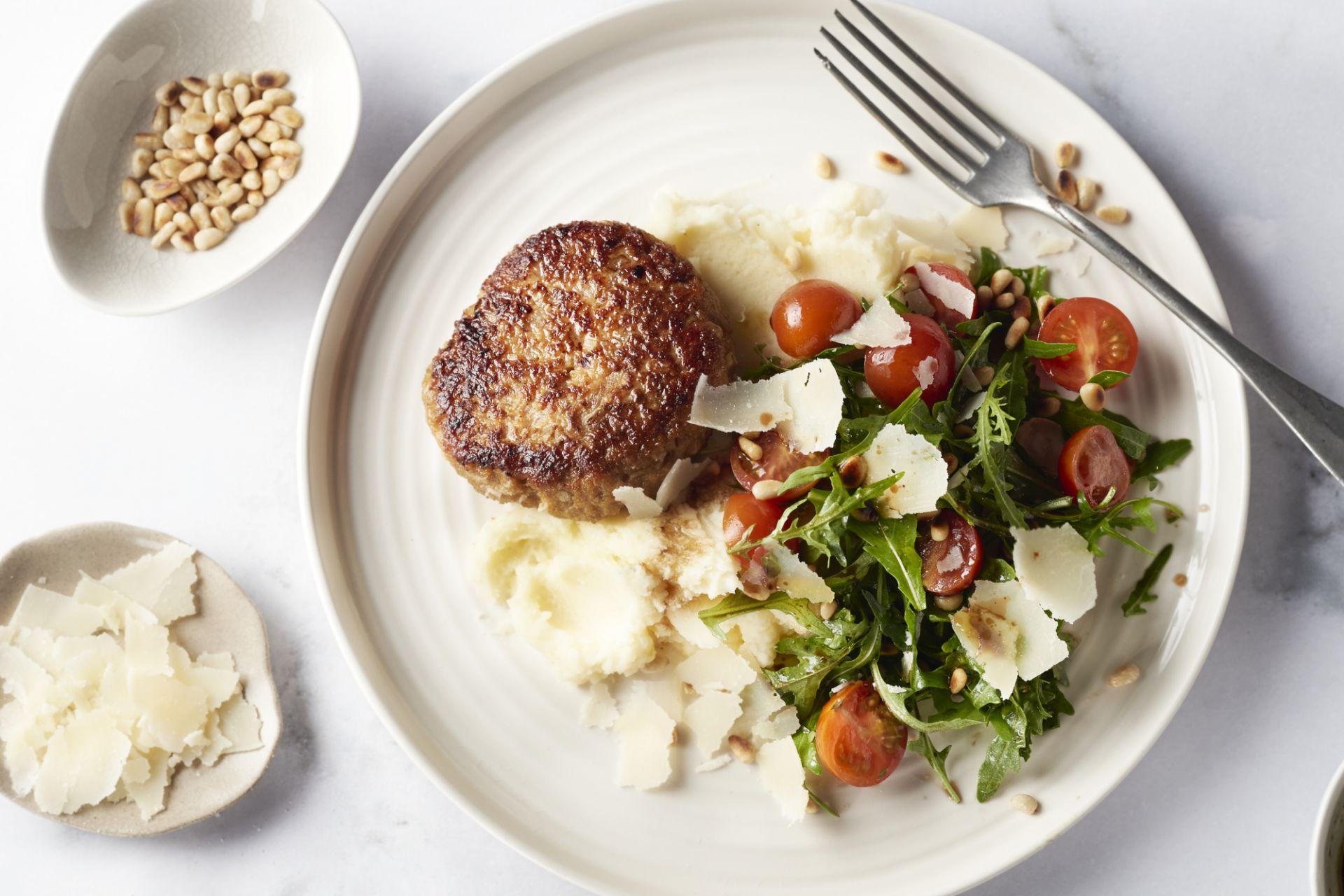 Kipburger met puree en Zuiderse salade