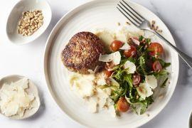 Foto van Kipburger met puree en Zuiderse salade