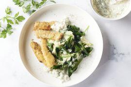 Foto van Zelfgemaakte fishsticks met spinaziepuree en tartaarsaus