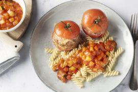 Foto van Gevulde tomaten met spirelli en ratatouille