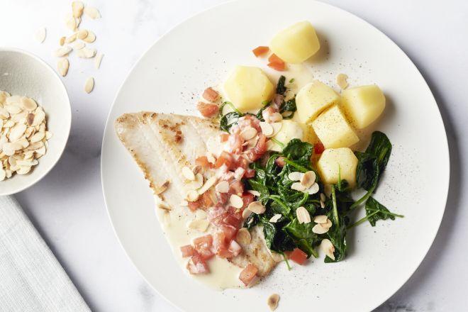 Tongschar in citroensaus met spinazie en aardappelen