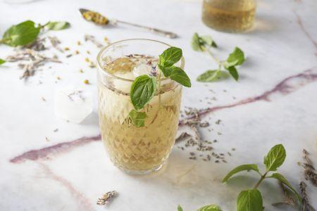Ice tea met kamille, lavendel en verse munt