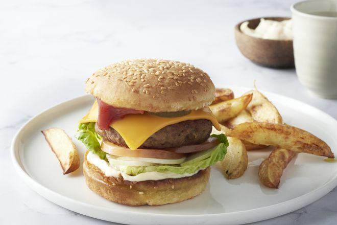 Cheeseburgers met aardappelwedges