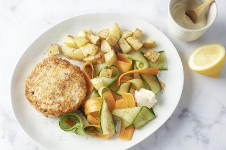 Zalmburgers met geroosterde aardappelblokjes, groentelinten en citroenmayonaise