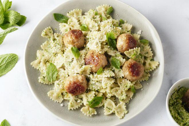 Pasta met kippenballetjes en pesto van broccoli en munt