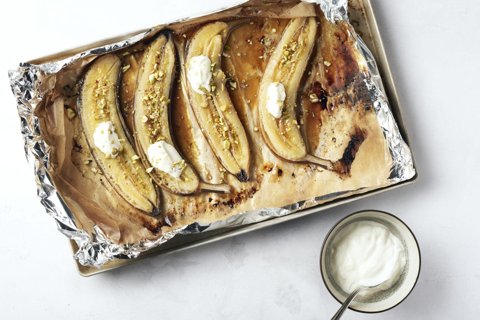 Barbecue banaan met ahornsiroop, rum en pistachenootjes
