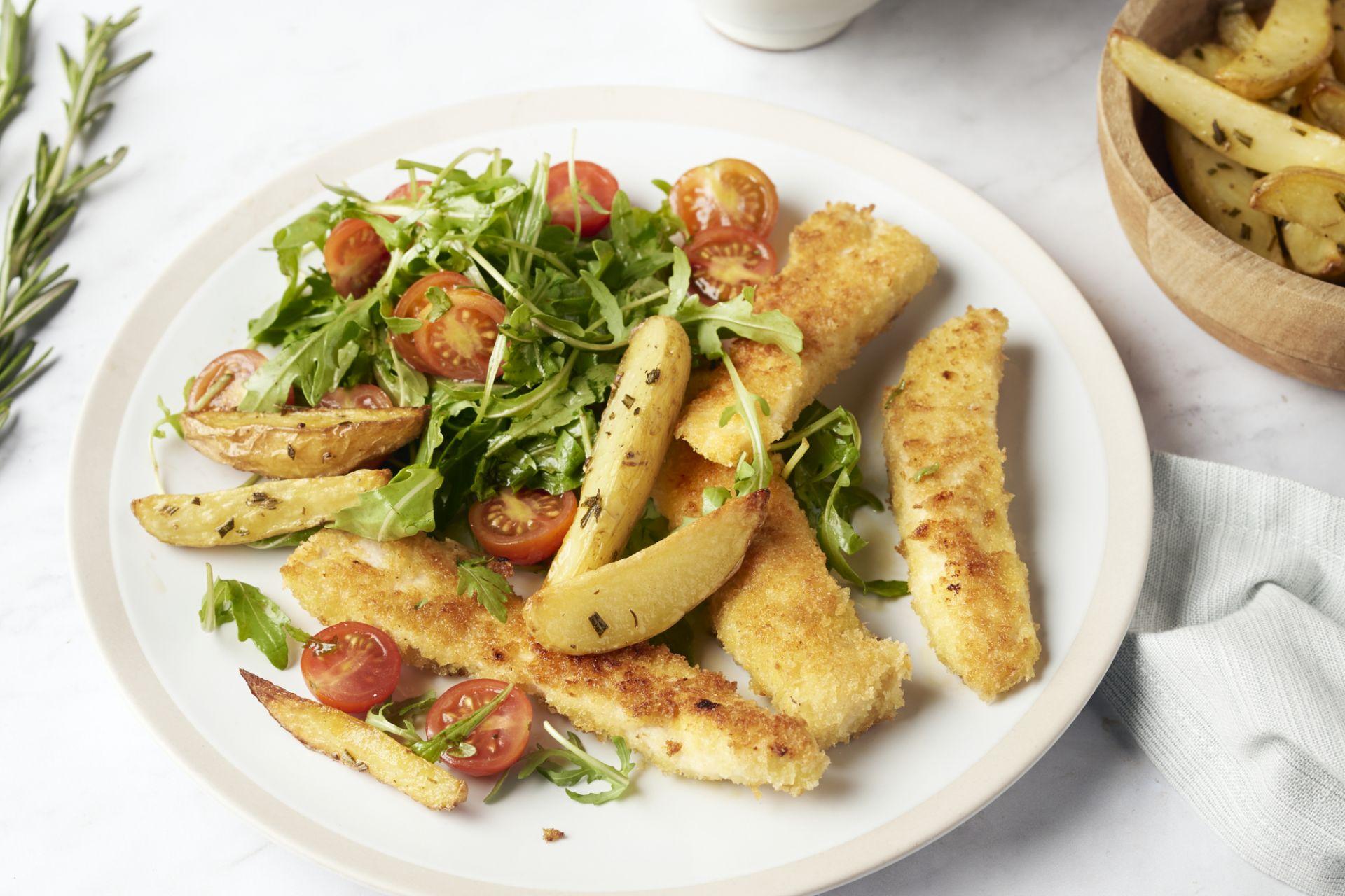 Kip met parmezaankorstje, aardappelwedges met rozemarijn en een slaatje