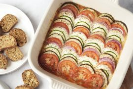 Foto van Ratatouille ovenschotel met lookbroodjes