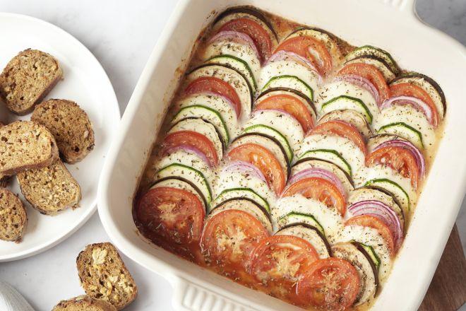 Ratatouille ovenschotel met lookbroodjes