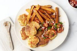 Foto van Maïspannenkoekjes met salsa en zoete aardappelfrietjes