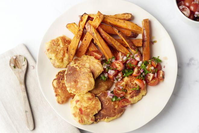 Maïspannenkoekjes met salsa en zoete aardappelfrietjes