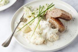 Foto van Worst met bloemkool in witte saus en aardappelpuree met kruiden