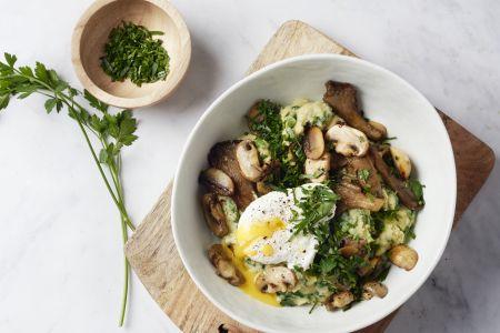 Romige spinaziepolenta met gepocheerd ei en krokant gebakken champignons