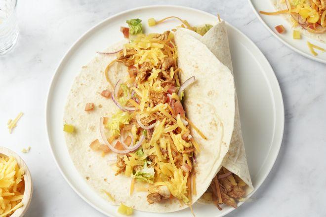 Pulled chicken taco's met regenboogsalade en cheddar