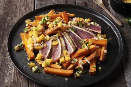 Gegrilde tonijn met perziksalsa en zoete aardappelfrietjes