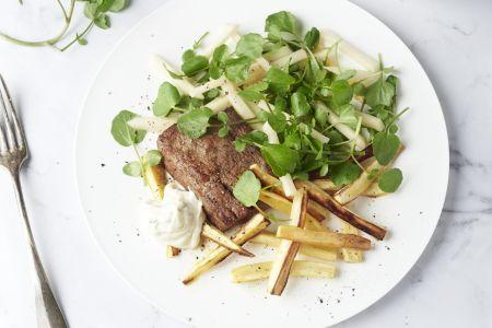 Steak met pastinaakfrietjes en waterkerssalade