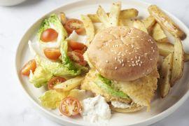 Foto van Crispy fishburger met kappertjesmayonaise en aardappelwedges