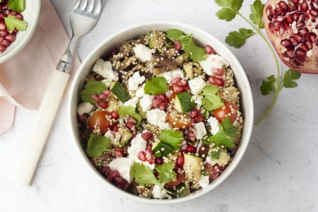 Quinoabowl met gegrilde groenten, feta en granaatappel